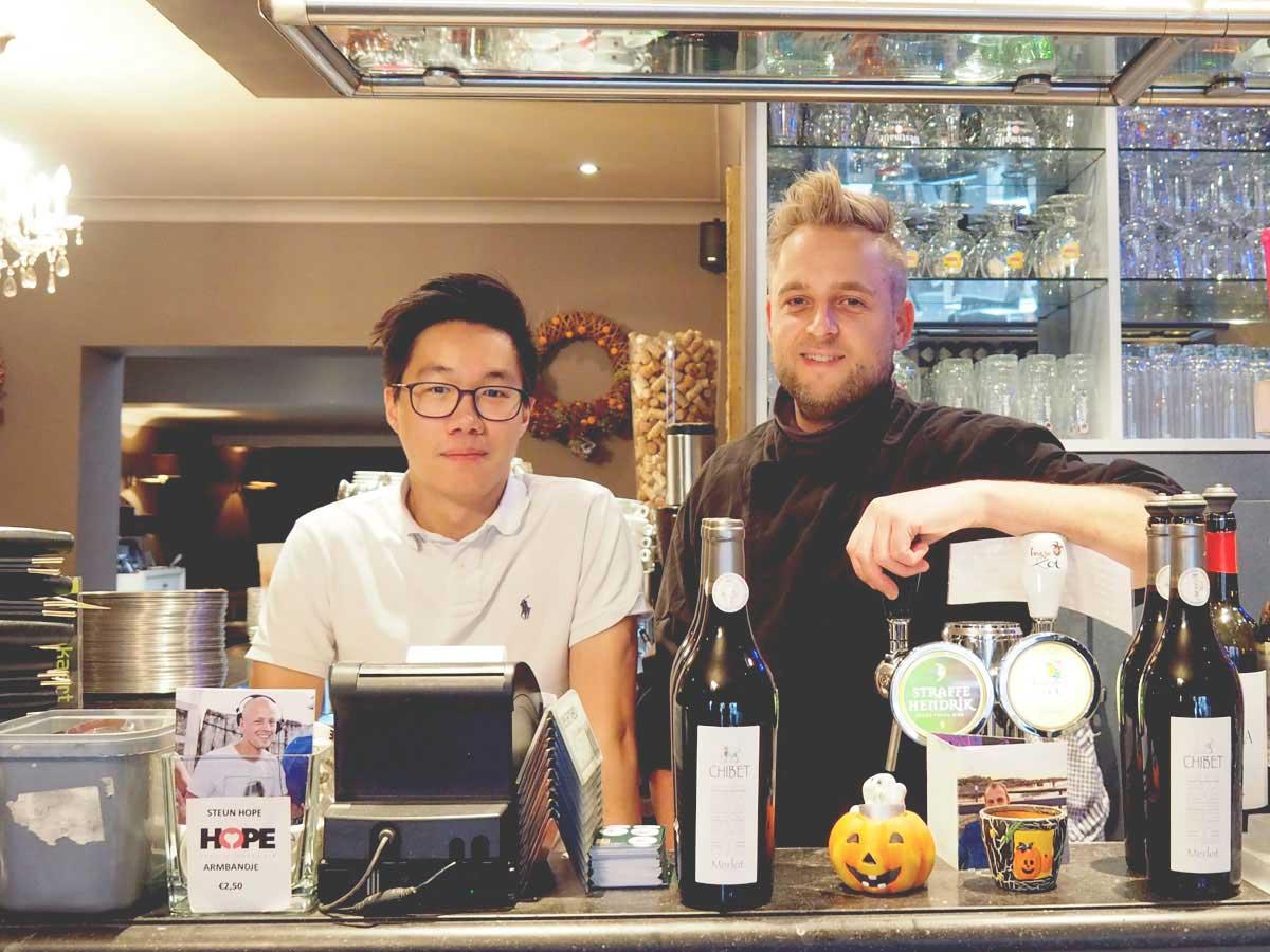 Twee medewerkers achter een bar