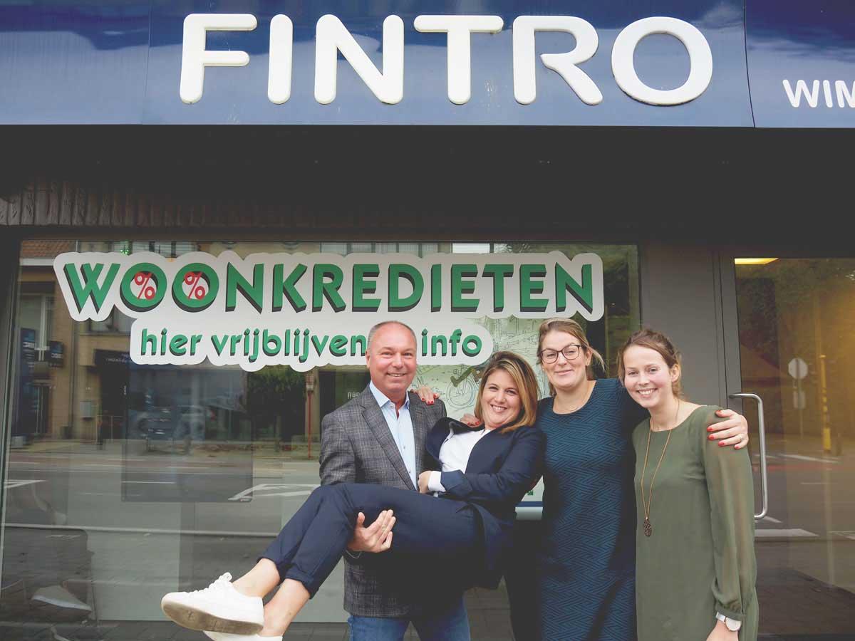 Groepsfoto Fintro voor gevel