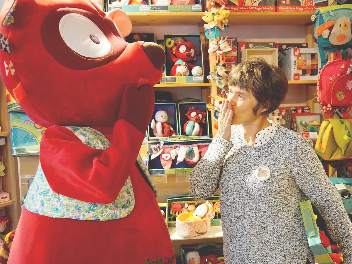 Uitbaatster en mascotte speelgoedwinkel